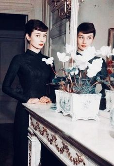 audrey hepburn ❖ portrait interior home retro vintage Audrey Hepburn Outfit, Audrey Hepburn Born, Katharine Hepburn, Golden Age Of Hollywood, Classic Hollywood, Old Hollywood, Divas, Marlene Dietrich, Icon Girl