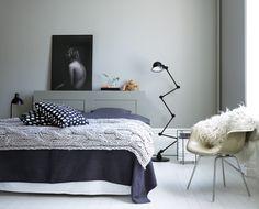 Mild skön färgsättning i sovrum. Vägg målad med Beckers Natursten 534 och golvplanken i Lamull 504. Sänggaveln en målad IKEA Brimnes?