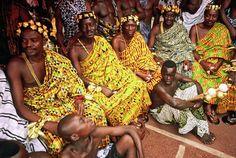 Parures en Or et Tenues Traditionnelles Akan portés par des Rois dans la cour du Roi de Kumasi au Ghana en Afrique de L'Ouest