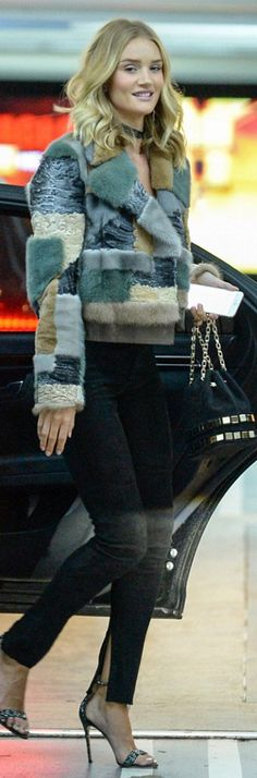 Who made  Rosie Huntington-Whiteley's silver glitter sandals, black skinny jeans, gold plate bucket handbag, and jewelry?