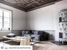 Mixing modernism with opulence....that ceiling and ceramic fireplace. cr @scandinavianhomes  #opulence #luxury #interior #interiør #inspiration #inspirasjon #design #design123 #ceiling #fireplace #modernism