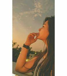 Friend Poses Photography, Teenage Girl Photography, Creative Portrait Photography, Photography Poses Women, Girl Photography Poses, Cute Girl Poses, Girl Photo Poses, Stylish Photo Pose, Cool Girl Pictures