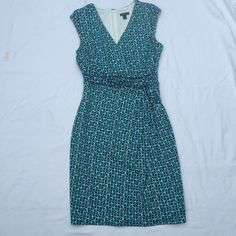 Beautiful Anne Taylor dress. Gorgeous Anne Taylor dress for work or that special event.  Add a necklace and some smashing heels and you are ready to go. Ann Taylor Dresses Midi