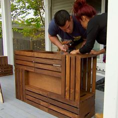 Find out how to make a wine crate coffee table with this hack from Nicole and Jionnis Shore Flip only on FYI! - Coffee Table - Ideas of Coffee Table Wooden Crate Coffee Table, Diy Coffee Table, Coffee Table Out Of Crates, Homemade Coffee Tables, Crate Furniture, Furniture Projects, Business Furniture, Outdoor Furniture, Vitrine Design