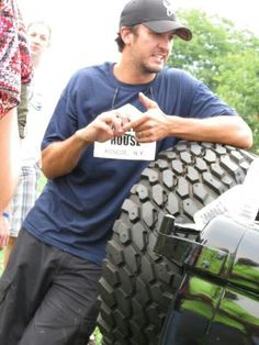 Lb he looks different in this picture but its still good Country Music Artists, Country Singers, Country Men, Country Girls, Luke Bryan Pictures, Shake It For Me, Entertainer Of The Year, Thomas Rhett, Eric Church