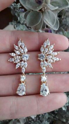 Brincos com zircornias e cristal em semi jóias