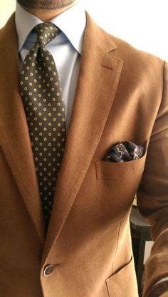 Bel accord de couleurs sur une veste camel #look #dandy #chic #style #menstyle #camel #suit