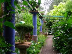 From garden of artists George Little and David Lewis on Bainbridge Island Washington state http://www.northwestgardennews.com/sitebuildercontent/sitebuilderpictures/121.jpg