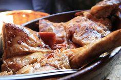 El cochinillo asado o tostón es una de las recetas de Navidad más típica en las casas españolas. Y es que no hay nada más agradable que disfrutar de una charla familiar mientras el cochinillo Tapas, Meat Steak, Carne Asada, Meat Lovers, Spanish Food, Canapes, Steak Recipes, Empanadas, Mexican Food Recipes