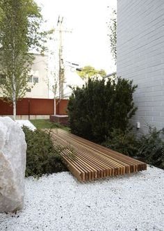 Stained wooden strips connect two different parts of the yard in a modern and contemporary way.