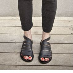 SALE! 20% OFF- Straps leather sandals/ Black sandals that close by nit around the ankle / comfortable shoes