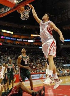 I give thanks to Yao Ming. Basketball Pictures, Nba Basketball, Best Dunks, Nba Houston Rockets, Sports Images, Career Opportunities, Photo Checks, Nba Players, Best Player