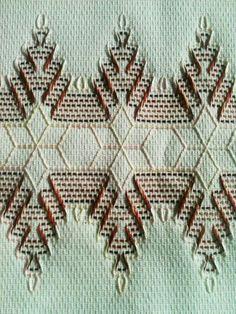 Huck Arizona Pine Trees and Snowflakes – The Destashification Project Swedish Embroidery, Hardanger Embroidery, Types Of Embroidery, Cross Stitch Embroidery, Hand Embroidery, Embroidery Stitches Tutorial, Embroidery Patterns, Stitch Patterns, Huck Towels