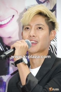 2014.06.17 Kim Hyun Joong @ 'HOTSUN' handshake event cr:k-plaza (10) pic.twitter.com/aXY8mGME37