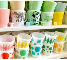 Fire King mug collection. Vintage Pyrex Dishes, Antique Dishes, Vintage Bowls, Vintage Kitchenware, Vintage Glassware, Vintage Ceramic, Vintage Dinnerware, Kitsch, Vintage Kitchen Accessories