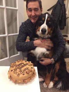 Le compró a su perro una torta de cumpleaños. Cuando vio su reacción no pudo evitar tomarle una foto