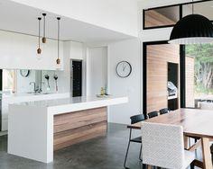 Relógio combinando com a  proposta minimalista da cozinha.