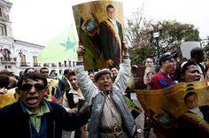 13:10 Varios simpatizantes del jefe de Estados saliron a las calles a respaldar al Gobierno Nacional, ante la revuelta que los policías habían iniciado en Quito, y poco a poco esta se propagó en todo el país.