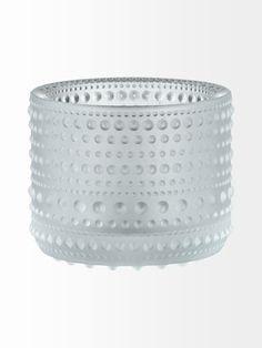 Oiva Toikan suunnittelemassa Kastehelmi-kynttilälyhdyssä valo leikkii kauniisti pinnan kuvioinnissa. Käsinpesu.