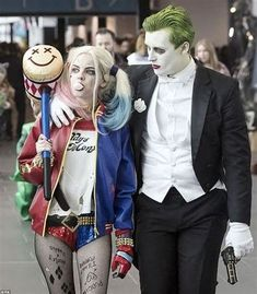 Hallowen Costume Couples A woman dressed as Harley Quinn walks alongside a man dressed like the Joker in Suicide Squad. Like Margot Robbie, this Harley Quinn blows bubble gum and holds a large bat in her hand with a sinister smile drawn on to the top Harley Quinn Halloween Costume, Couples Halloween, Cute Couple Halloween Costumes, Joker Costume, Halloween Outfits, Bonnie And Clyde Halloween Costume, Harley Quinn Et Le Joker, Original Costume Ideas, Homemade Costumes