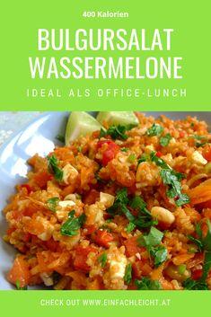 Wenn es richtig heiß ist, dann ist dieser Salat für dein Office-Lunch! Den Frischekick gibt es durch die Wassermelone, so gut! Office, Fried Rice, Fries, Curry, Ethnic Recipes, Food, 500 Calories, Watermelon, Salads