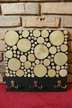 Ręcznie wykonany wieszak na płaszcze, który został udekorowany plastrami brzozy. Poza oczywistą funkcją, wieszak ozdobi każdy korytarz i doda mu niepowtarzalnego charakteru. Naturalny kolor brzozy wspaniale komponuje się z czernią drewnianej bazy i brązowymi wieszakami. Bez problemu powiesisz na nim co najmniej 6 okryć. Wymiary: 40 x 40 cm