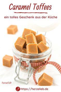 Bonbon Rezepte, Toffee Rezepte: Caramel Toffees Rezept von herzelieb. Man kann nie genug Rezepte für Geschenke aus der eigenen Küche haben. Ganz einfach Toffees mit gesüßter Kondensmilch kochen. Diese Bonbons habe ich schon in meiner Kindheit geliebt und man kann sie mit Muh Bonbons schon fast vergleichen. Supertoll als Mitbringsel zum Geburtstag oder zu Ostern und Weihnachten. #herzelieb #toffees Toffee, Breakfast, Food, Few Ingredients, Amazing Gifts, Homemade, Thermomix, Diy, Food Food