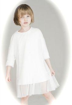 biała sukienka  minimalistyczna z  dwóch warstw  materiału o kroju  bluzy. Spodnia  warstwa to 100%  bawełna z polskiej,  renomowanej fabryki,  wierzchnia to  elastyczny,  delikatny tiul.  Na zamówienie do  sukienki dodaje  kwiat dopinany na  guziczek.  sukienka jest  elegancka a zarazem  zapewnia dzie ... Kids And Parenting, Tunic Tops, Grey, Women, Fashion, Gray, Moda, Fashion Styles, Fashion Illustrations