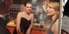 """Kristen aparece em uma nova foto antiga ao lado de Jodie Foster em uma matéria sobre """"o melhor das noites do Oscar"""" feita pela Vanity Fair. Além dessa imagem temos duas citações da atriz e de Jillian Dempsey, a maquiadora favorita da Kristen. Na primeira Kiki diz que se sente claustrofóbica se for cercada de muitas pessoas durante a maquiagem. Na segunda citação, Jillian diz que um de seus dias mais atarefados foi quando teve que preparar Kristen para o Oscar."""