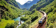 El Tren de Flåm, en Noruega, fue nombrado el viaje en tren más increíble del mundo por Lonely Planet en 2014. Este viaje te lleva desde Flåm junto al fiordo hasta las cimas de montaña, y durante los 20 kilómetros de recorrido puedes ver ríos que atraviesan profundos barrancos, cascadas que se precipitan desde empinadas montañas cubiertas por un manto de nieve y granjas de montaña que se aferran vertiginosamente a escarpadas laderas.