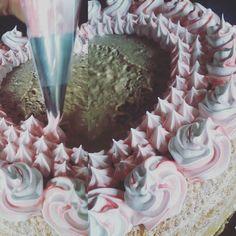 Minha mãe é chef de cozinha mas o que ela gosta mesmo é de confeitar bolo. Ela faz o bolo porque tem que fazer porque se ela pudesse comprava pronto só pra chegar na parte de confeitar  #confeiteiro #Senac #chefdecozinha #bolinhodasgemeas #1aninho