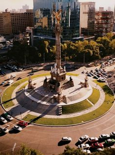 The Angel of Independence monument, interrupting the Paseo de la Reforma, comemorates Mexico's hard-won sovereinty.