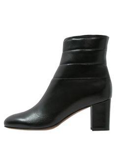 L'Autre Chose Korte laarzen black, 359.95, http://kledingwinkel.nl/shop/dames/lautre-chose-korte-laarzen-black/