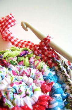 Crochet with fabric. Silly Old Suitcase: DIY-Tutorial; gehaakte vaas, pot of mand.crocheted vase, pot or basket. Vase Crochet, Crochet Crafts, Yarn Crafts, Sewing Crafts, Rag Rug Crochet, Yarn Projects, Crochet Projects, Sewing Projects, Tshirt Garn