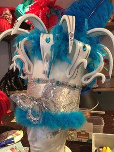 Wit/blauw/zilver foam kroon. White/blue/silver foam crown.