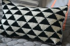Knitted pillow graphic black and white Tapestry Crochet, Knit Crochet, Sewing Tutorials, Sewing Patterns, Knit Pillow, Knitted Blankets, Diy Projects To Try, Knitting Yarn, Knitting Projects