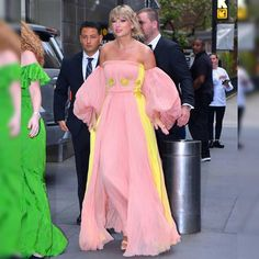 #TaylorSwift donned a fitted enchanting two tones #promdress with sleeves at Time 100 Gala. Photos Of Taylor Swift, Taylor Swift Style, Taylor Alison Swift, Dresses Short, Prom Dresses With Sleeves, Dance Dresses, Celebrity Dresses, Formal Gowns, Pink Dress