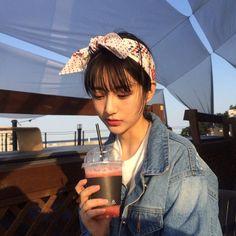 """""""ulzzang girl korean girl with drink""""的图片搜索结果 Ulzzang Korean Girl, Ulzzang Couple, Girl Couple, Uzzlang Girl, Cute Girl Face, Ulzzang Fashion, Girls Image, Aesthetic Girl, Pretty People"""