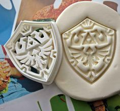 Legend of Zelda Shield Cookie Cutter! Perfect for Royal icing to fill in the colors!