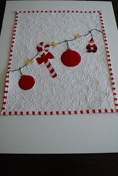 Mini Holiday Quilt --Love how the quilting loos on the white