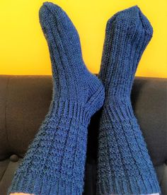 Knitting Socks, Mittens, Slippers, Fashion, Crochet Socks, Knit Socks, Fingerless Mitts, Moda, La Mode