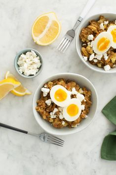 This Autumn Farro Bowl topped with Soft-Cooked eggs is filled with healthy grains, cauliflower and feta! Healthy Egg Recipes, Easy Healthy Dinners, Healthy Salads, Healthy Foods To Eat, Easy Dinner Recipes, Healthy Grains, Pesto, Sunday Roast Chicken Dinner, Healthy Preschool Snacks