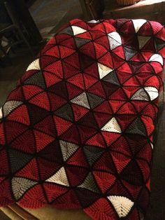 Triangles Afghan By Ellen Gormley - Free Crochet Pattern - (ravelry) Amigurumi hearts creations by Laura ༺✿Teresa Restegui