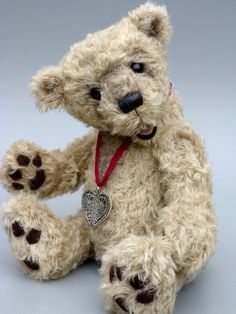 Jonah, a 16,5 inches tall OOAK artist bear made from curly beige mohair with single sewn alcantara paw pads made by Bearsonalities, €235.00