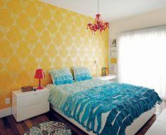 O quarto da empresária Adriana Gama é estiloso: tem papel de parede do site Wallpaper From The 70's e colcha da Urban Outfitters, ambos comprados pela internet. Projeto da arquiteta Gabriela Marques