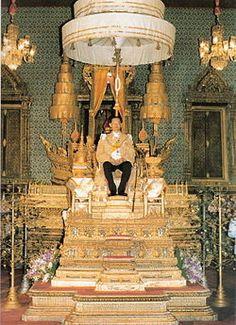 His Majesty King Bhumibol Aduyadej of Thailand's coronation day on May 1950 King Phumipol, King On Throne, King Rama 9, King Of Kings, King Queen, Songkran Thai, Culture Of Thailand, King Thai, Modern World History