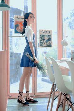 ได้ลุคคุณหนูด้วยโทนเสื้อสีขาว กับเอี๊ยมกระโปรงสีน้ำเงิน