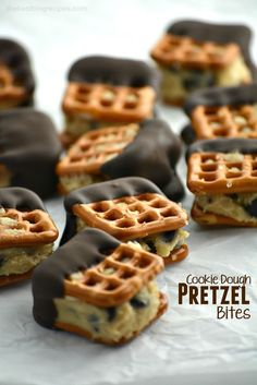 Good cookie dough except sub sugar for 1 Tbsp honey and add peanut butter. These Edible Egg-Less Chocolate Chip Cookie Dough Pretzel Bites are so easy to make, satisfy chocolate cravings and the whole family will love them! Yummy Treats, Sweet Treats, Yummy Food, Dessert Recipes, Cookie Recipes, Cookie Dough Desserts, Pretzel Desserts, Pretzel Cookies, Cookie Dough Dip