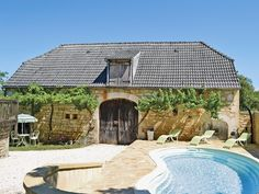 This rustic, charming holiday house with a terrace, enclosed garden and swimming pool, is situated in a hamlet 2km from the village of Borrèze.