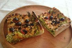Το σημερινό πιάτο είναι μία από τις απολαύσεις του καλοκαιριού. Η «πράσινη πίτσα», με κολοκύθια, λιαστές ντομάτες, μυρωδικά και ολίγα τυριά. Το μυστικό; Το καλό «στύψιμο» του τριμμένου κολοκυθιού, ώστε να μη γίνει η πίτσα σούπα...